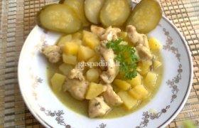 Bulvių ir vištienos troškinys su kariu