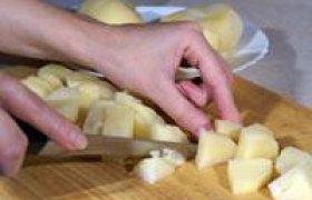 Jaunų bulvių salotos su agurkiniu padažu