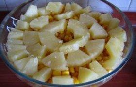 Salotos su kumpiu ir ananasais