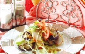 Vištienos salotos su keptais baklažanais