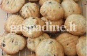 Sausainiai su riešutais ir šokoladu