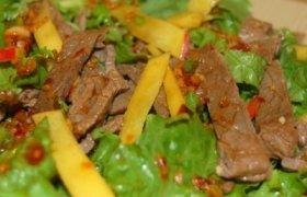 Azijietiškos jautienos salotos su mango