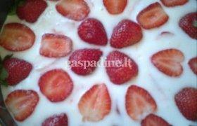 Gaivus ir vasariškas tortas su šviežiomis uogomis
