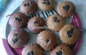 Šokoladiniai keksiukai su gervuogėmis ir vyšniomis