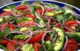 Gaivios avokadų ir daržovių salotos su čiobreliais ir viduržemio jūros prieskoninių mišiniu