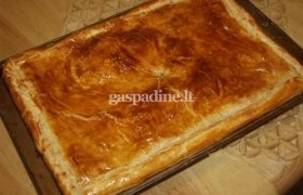 Sluoskniuotos tešlos pyragas su daržovėmis ir kumpiu