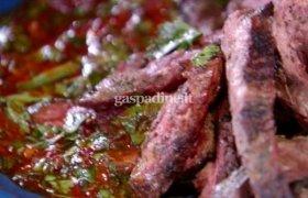 Grilyje keptas jautienos kepsnys su žaliuoju ir raudonuoju chimichurri padažais