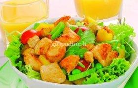 Salotos su kepta vištienos filė