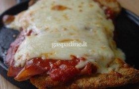 Sūriu, pomidorų padažu ir jautienos kumpiu užkepti kepsniai