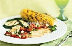 Grilyje kepta žuvis su agurkų ir pomidorų salsa