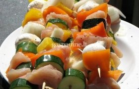 Grilyje kepti vištienos ir daržovių vėrinukai