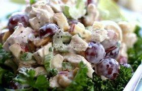 Vištienos salotos su vynuogėmis ir riešutais