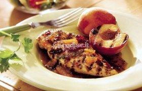 Ant grotelių kepta vištiena su persikais