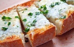 Skrudinta itališka duona su česnakiniu sūriu