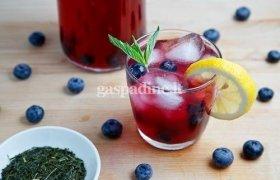 Šalta žalioji arbata su mėlynėmis