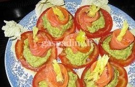 Lašišos, avokadų ir pomidorų užkandis
