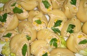 Tuno salotomis įdaryti makaronai