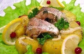 Orkaitėje kepta žuvis su bulvėmis