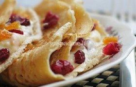 Mieliniai blynai su vaniliniu pudingu ir vaisiais