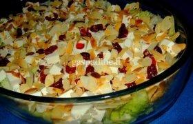 Sluoksniuotos salotos su spanguolėmis, feta sūriu ir migdolais