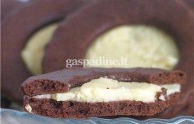 Kakaviniai sausainiai su airiško kremo likerio pertepimu