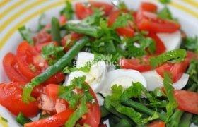 Šparaginių pupelių salotos su pomidorais ir kiaušiniais