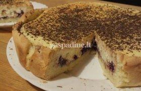 Varškės pyragas su vyšniomis ir migdolais