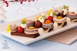 Silkės iešmeliai su svogūnėliais, paprikomis ir grietinės padažu