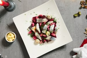 ZIGMO silkės salotos su burokėliais, pupelėmis ir putpelių kiaušiniais