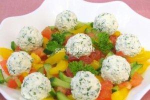 Daržovių salotos su feta rutuliukais