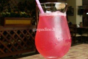 Spanguolių sulčių ir putojančio vyno kokteilis