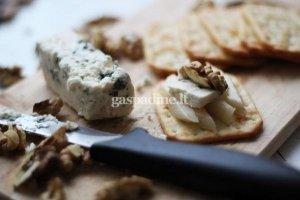 Krekerių, kriaušių, pelėsinio sūrio ir graikiško riešuto užkandis