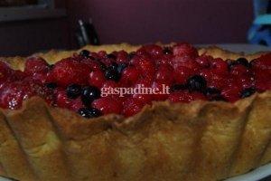 Uogų pyragas su plikytu kremu