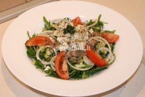 Šviežių daržovių salotos su tunu ir fetos sūriu