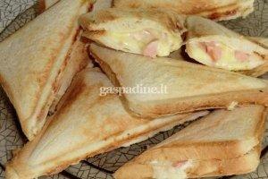 Sumuštiniai su sūrio ir dešrelių tepiniu