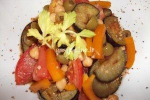 Rytietiškos baklažanų, avinžirnių ir alyvuogių salotos