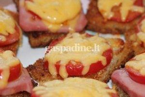 Karšti sumuštiniai su pomidorais ir virta daktariška dešra
