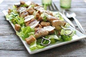 Salotos su grilyje keptais vištienos kumpelių vėrinukais