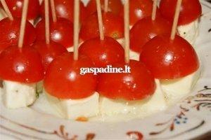 Pomidorų vėrinukai su marinuotu mocarela sūriu