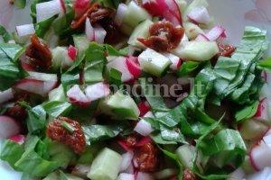 Salotos su saulėje džiovintais pomidorais