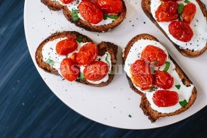 Brusketa su rikotos sūriu ir keptais pomidoriukais