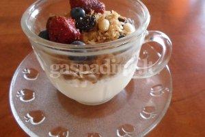 Granola su uogomis bei jogurtu