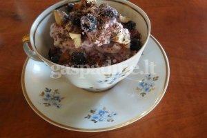 Mėlynių desertas su baltuoju šokoladu ir lazdyno riešutais