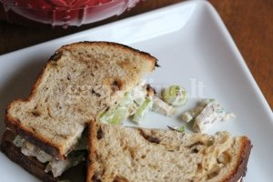 Kepintų daržovių mišrainė su naminiu majonezu ir žolelėmis ant juodos duonos skrebučio