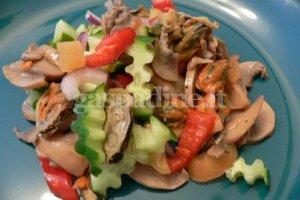Šiltos salotos su dešrelėmis