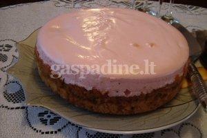 Obuolių pyragas su rožiniu kremu