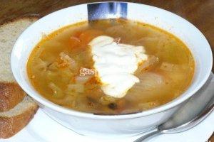 Šviežių kopūstų ir pomidorų sriuba