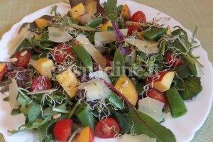 Salotos su nektarinais ir liucernų daigais