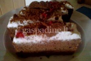 Šokoladinis pyragas su grietinėlės kremu
