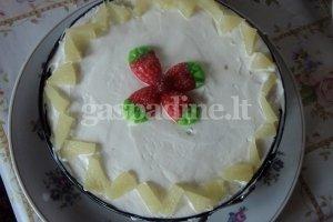 Tortas su želės gabaliukais